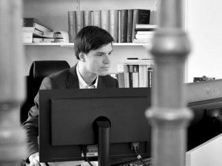 Arne aan bureau