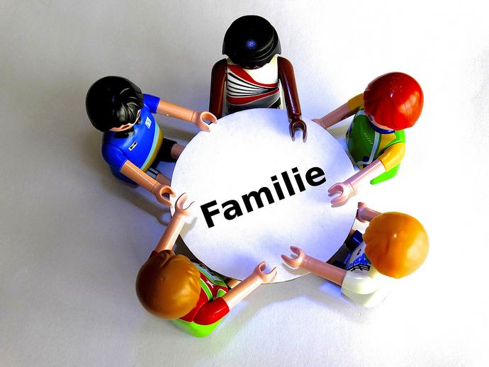 familie rond tafel